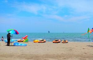 wahana perahu karet di Pantai Sedari Karawang