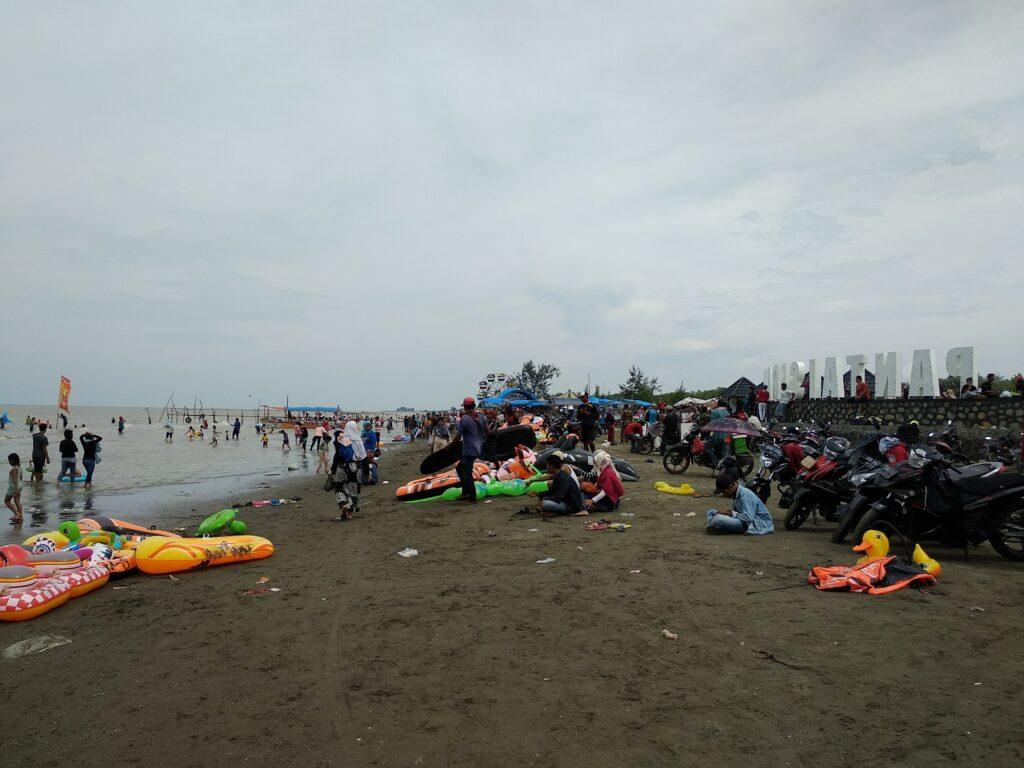 Wisatawan Memadati Tepian Pantai