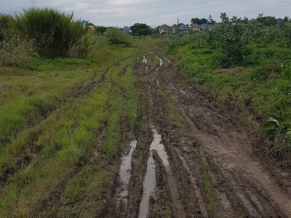 jalanan becek dan berlumpur yang akan ditemui menuju Pantai Baruna