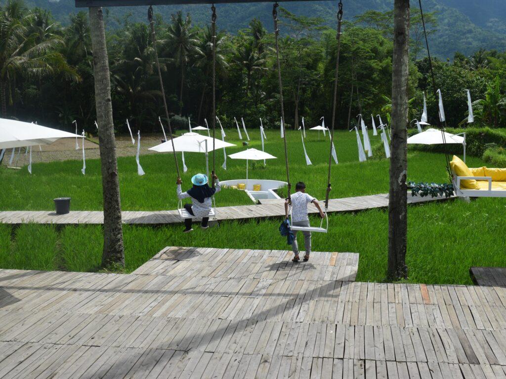 pengunjung mencoba spot ayunan di Svargabumi borobudur