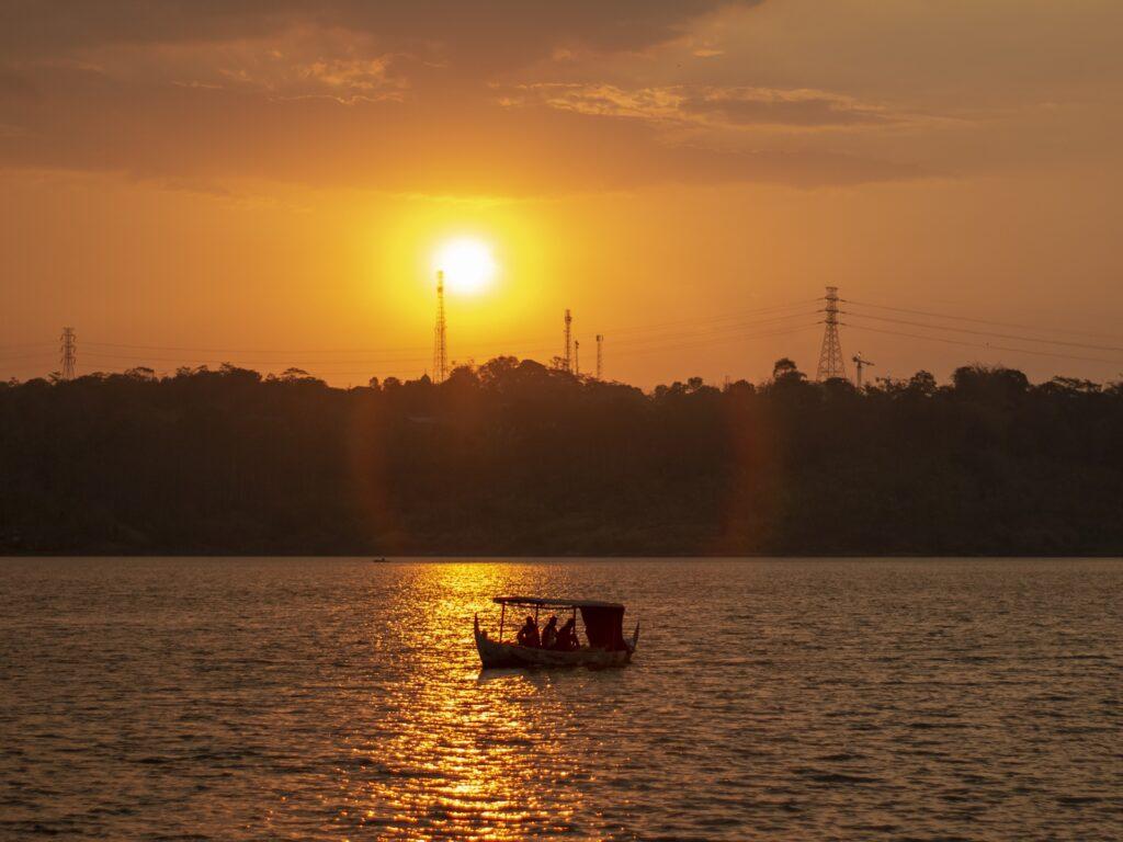 pemandangan matahari terbenam di Waduk Jatibarang