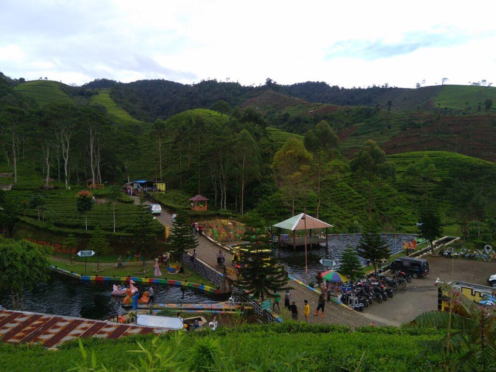 kolam dengan gazebo dan gardu pandang Kaligua