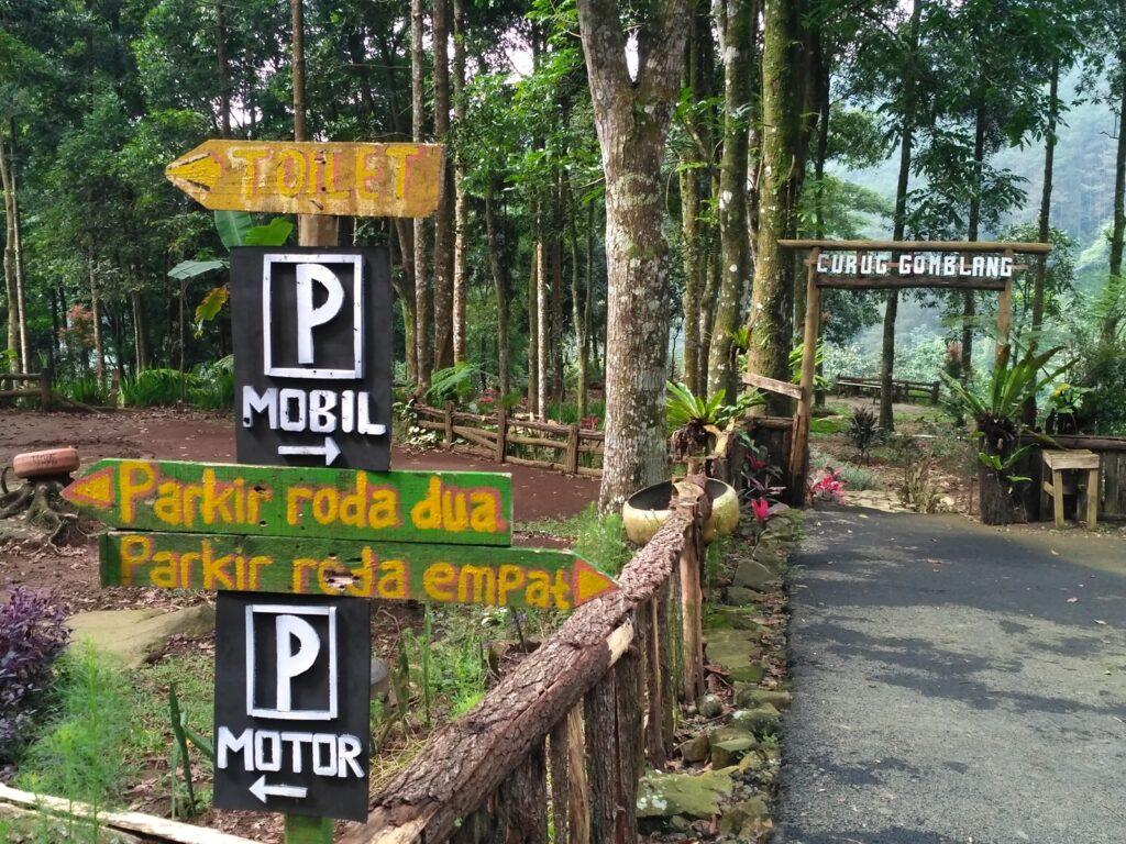 penunjuk area parkir mobil dan motor di kawasan Curug Gomblang