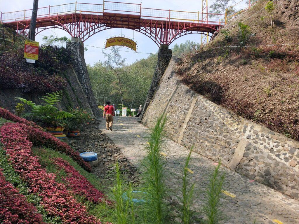 jalan setapak untuk trekking dibuat senyaman mungkin untuk pengunjung Curug Song