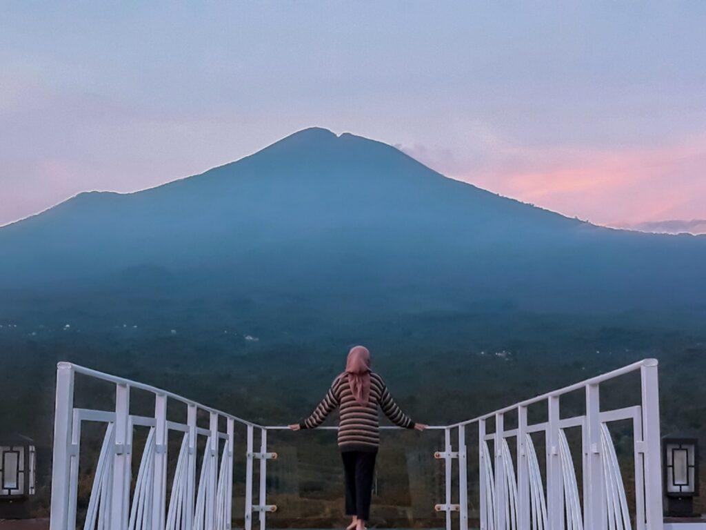 pengunjung berfoto di Jembatan Langit dengan panorama Gunung Slamet