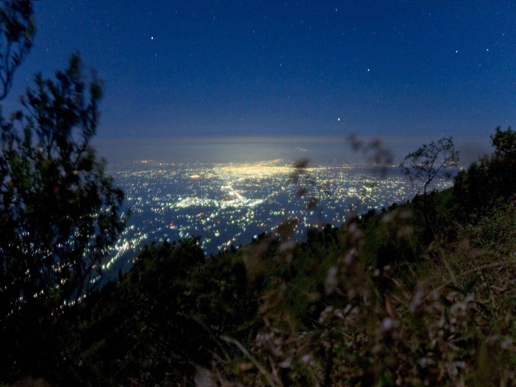 Gemerlap lampu kota yang bisa disaksikan dari kawasan pendakian Gunung Merapi