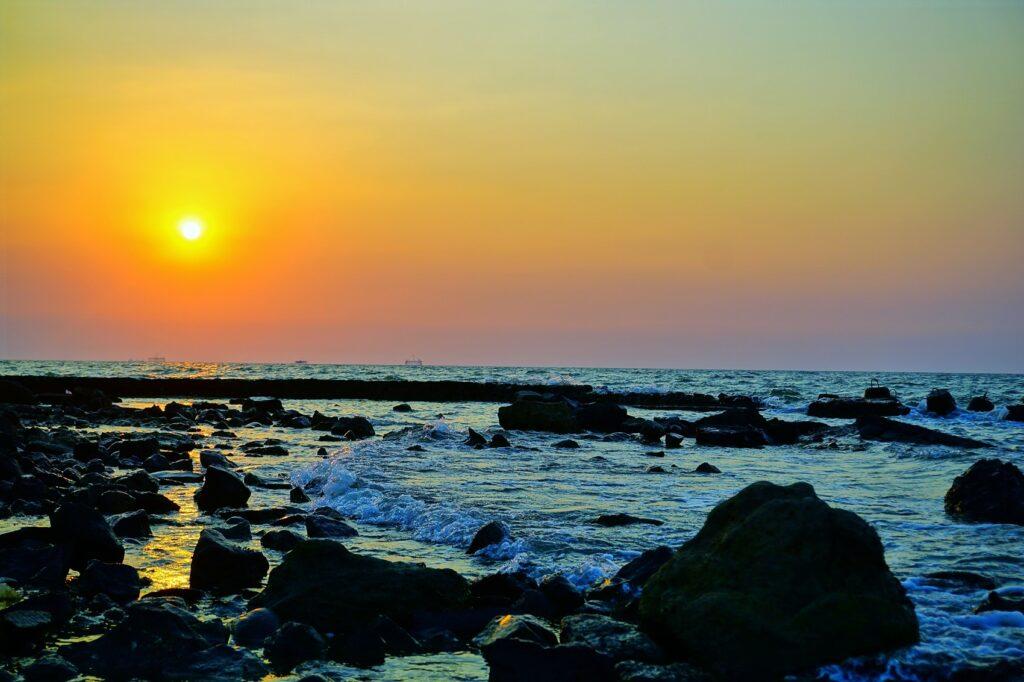panorama matahari terbenam dari Pantai Baruna