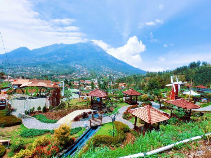 Suasana taman yang rapi dan asri di Merapi Garden