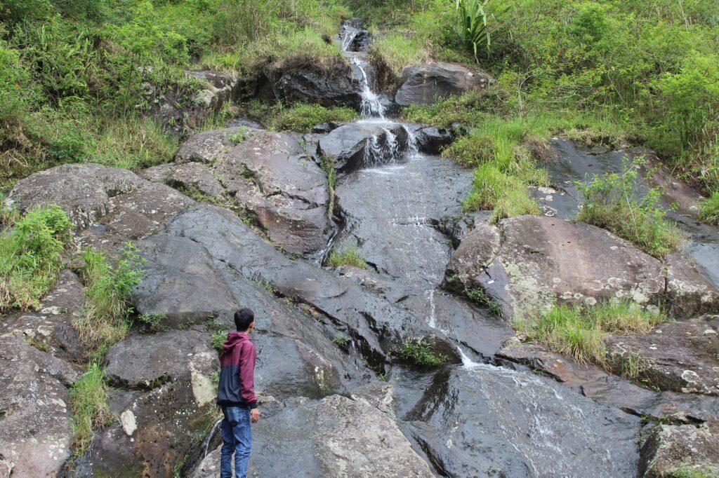 Pengunjung menikmati Air Terjun Telomoyo