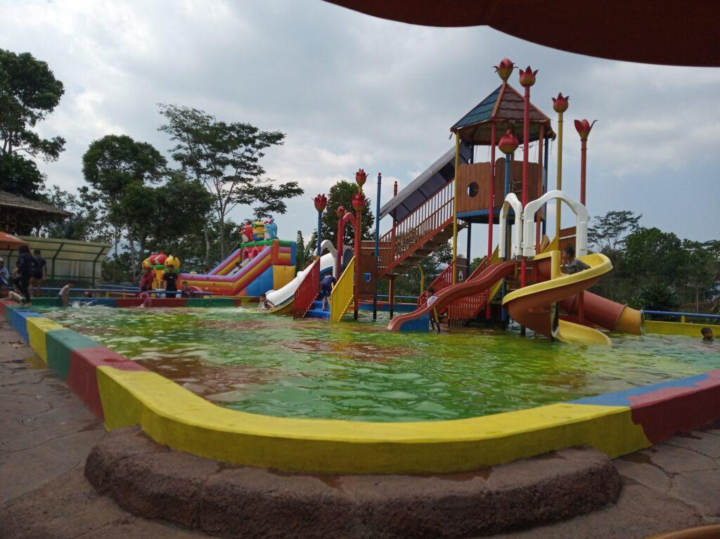 Area Kolam Renang dengan berbagai seluncuran air Wisata Alam Pasir Kirisik
