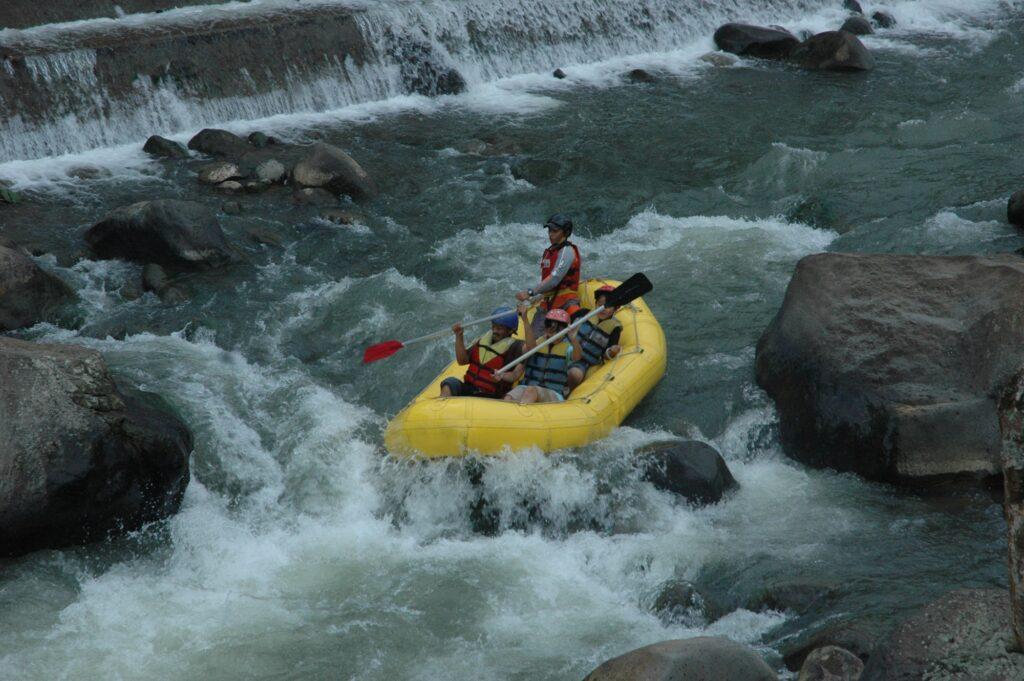 Meluncur dengan perahu karet di jeram beraliran deras
