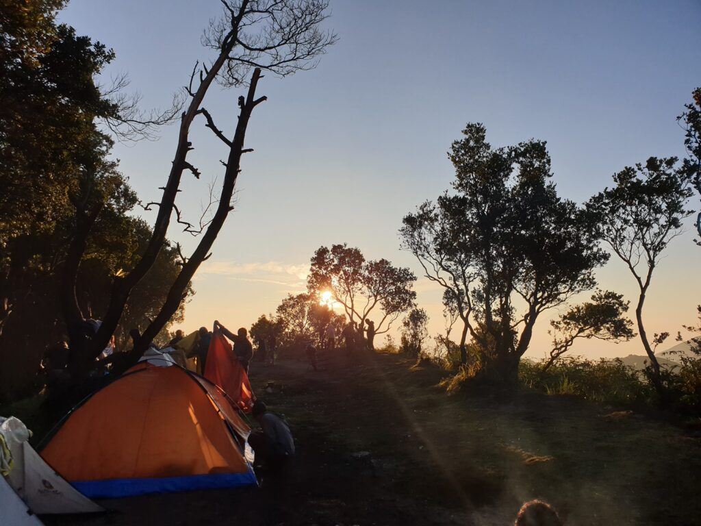 Panorama sunrise dari area camping