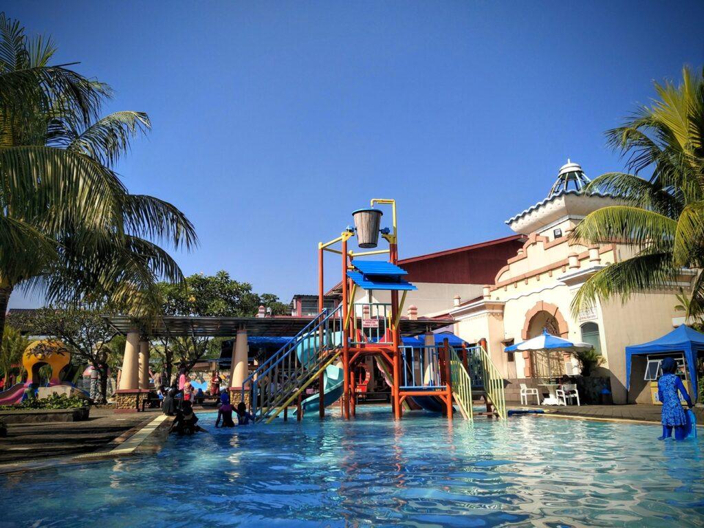 Tempat Wisata di Bogor bertemakan Water Park dengan kolam dan wahana ember tumpah