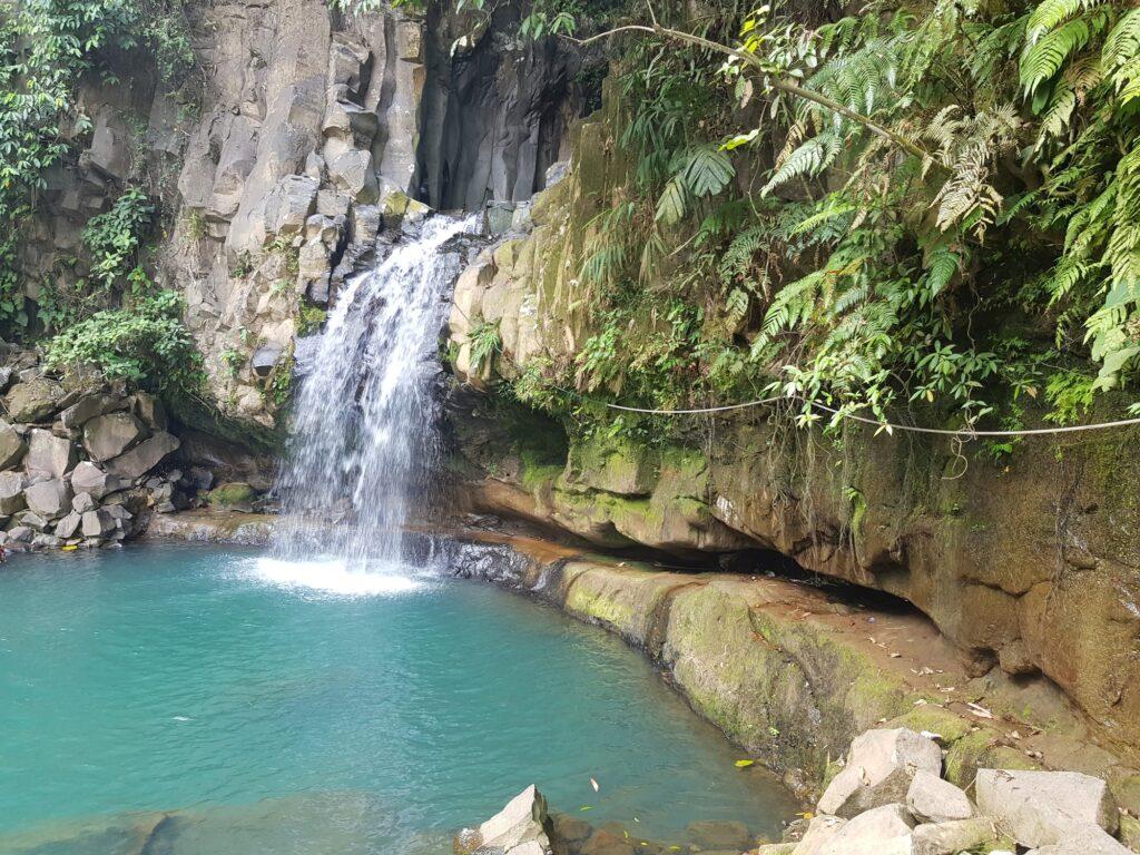 Alternatif pilihan tempat wisata di Bogor yaitu Curug Cikuluwung dengan telaga biru jernih