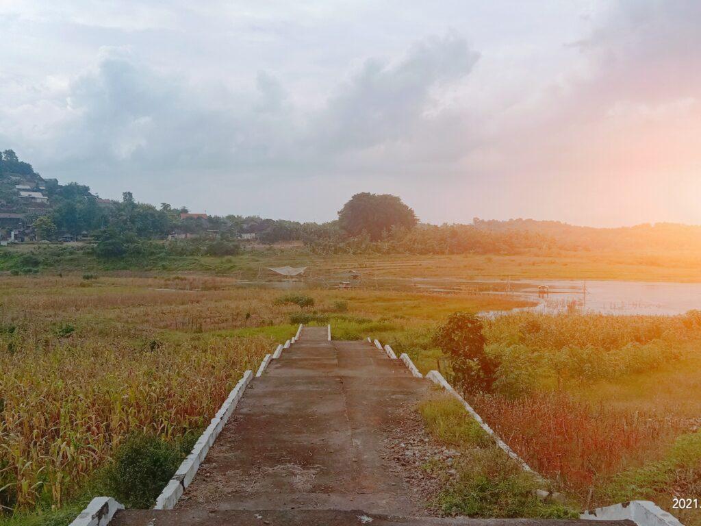 matahari menyinari area dermaga di Gunung Kemukus