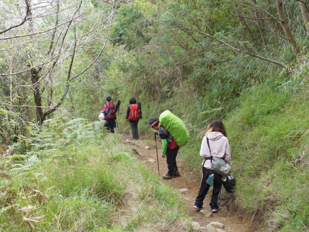 Pendaki menyusuri jalur pendakian Gunung Sumbing