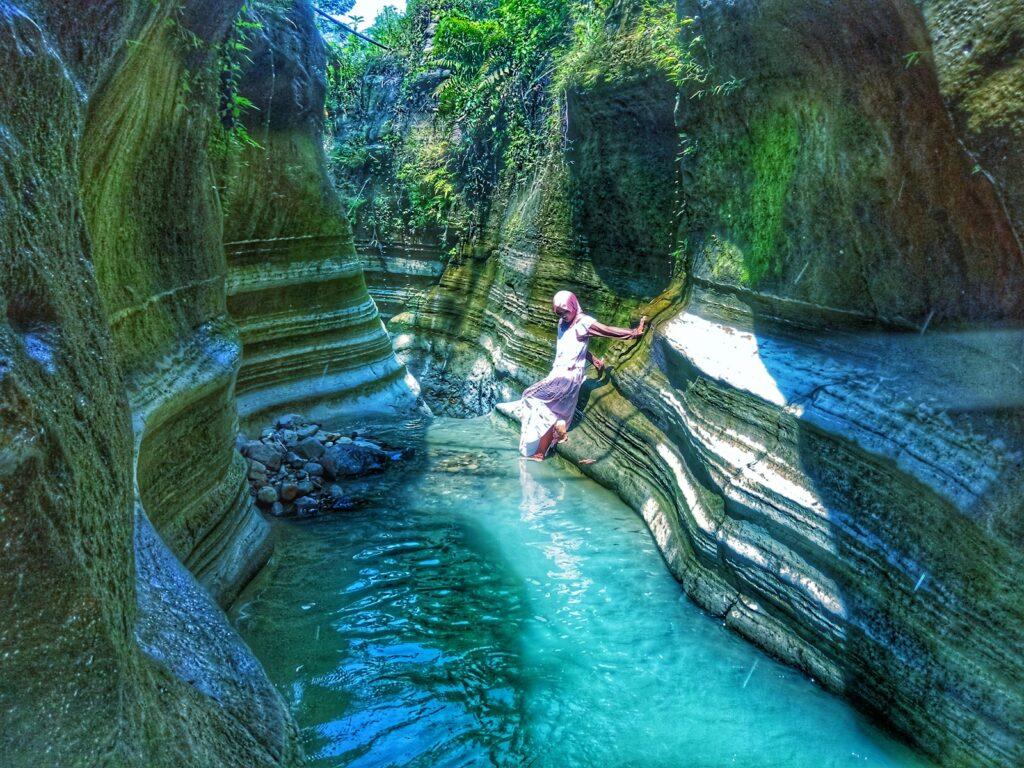Wisatawan berfoto di salah satu sisi tebing