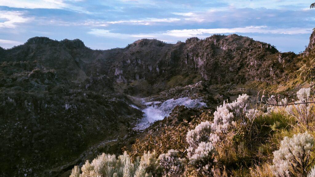 Salah satu kawah aktif Gunung Sumbing