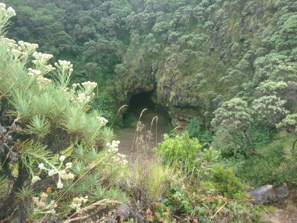 Sebuah gua bernama Gua Walet yang menjadi salah satu pos pendakian