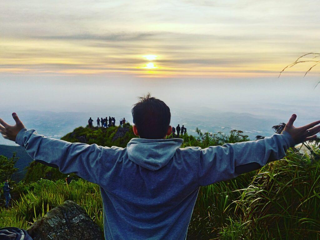 Pendaki menyaksikan matahari terbit di Puncak Ungaran
