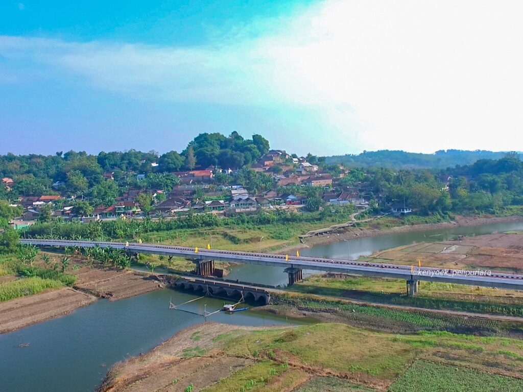 panorama bentangan Jembatan Gunung Kemukus