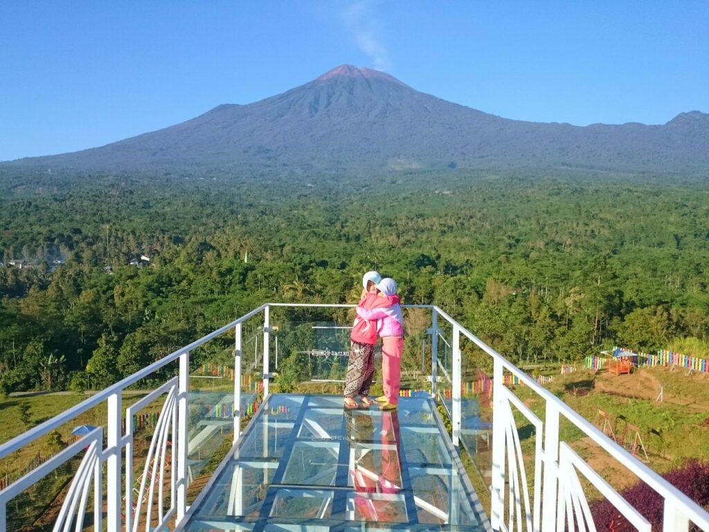 jembatan langit berbahan kaca spot selfie berlatar gunung slamet