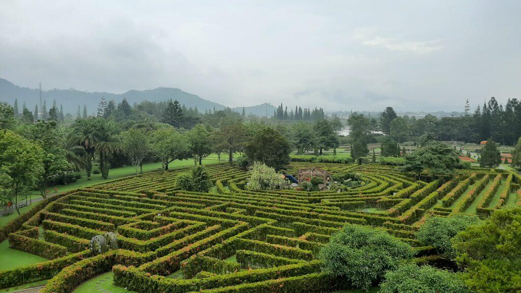 Taman Labirin, salah satu koleksi taman yang paling diminati pengunjung