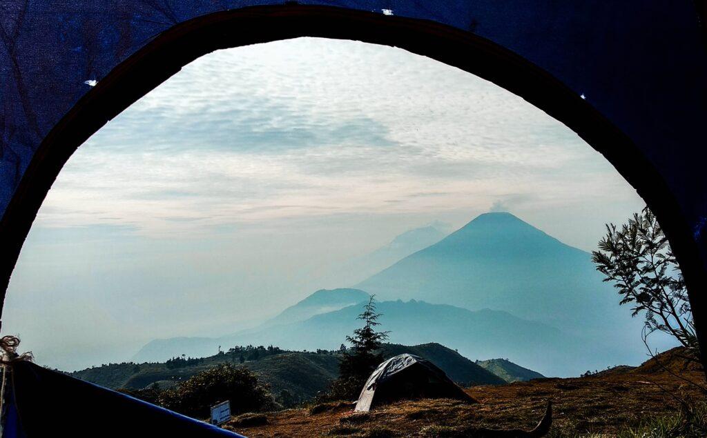 Kabut masih menyelimuti kawasan perkemahan Gunung Prau
