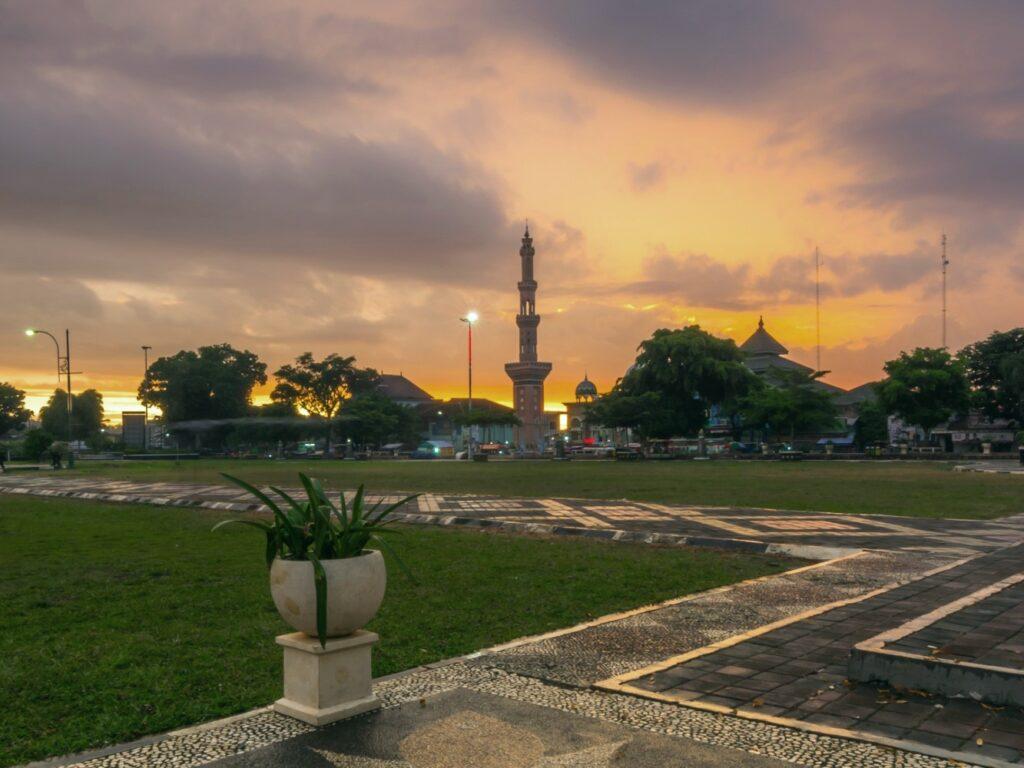 mesjid an-nuur terlihat dari alun-alun