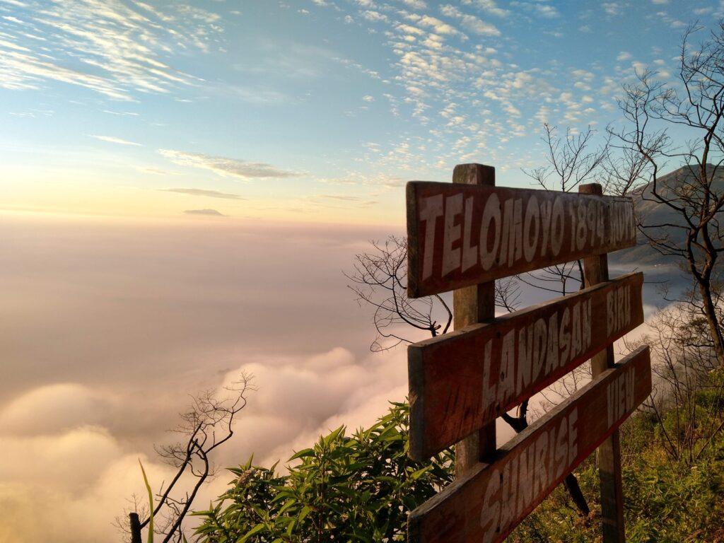Lapisan awan yang menghiasi panorama pagi hari di puncak Telomoyo
