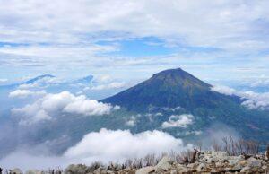 Pemandangan Gunung Sumbing dari Gunung Sindoro