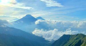 Panorama puncak Gunung Sindoro dan Sumbing dari Gunung Bismo