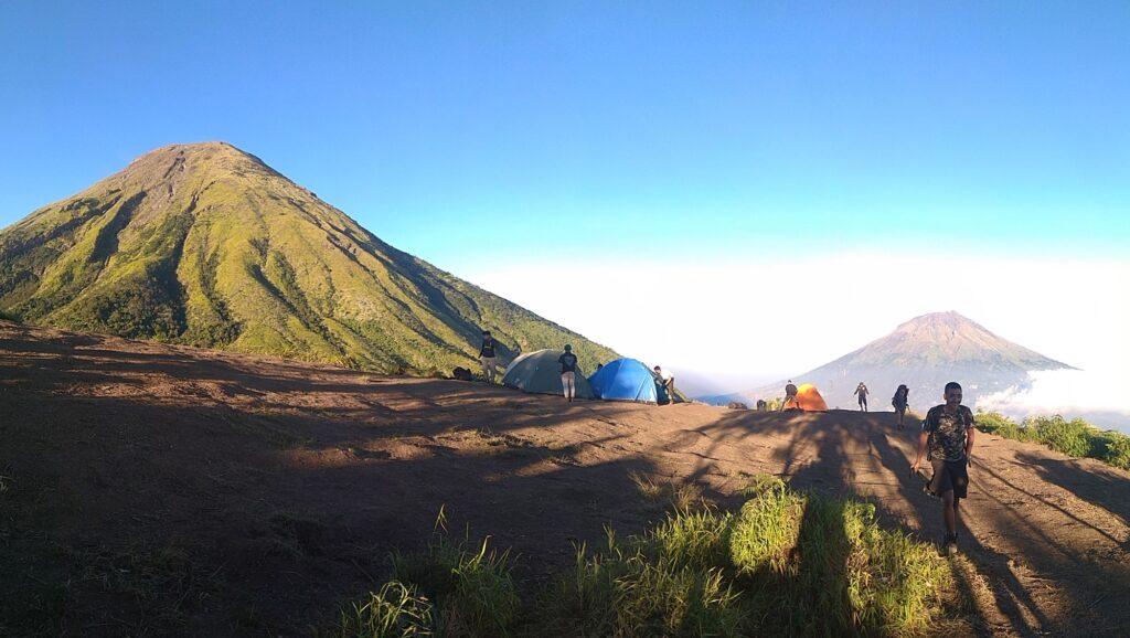 Pendaki mendirikan tenda di puncak gunung