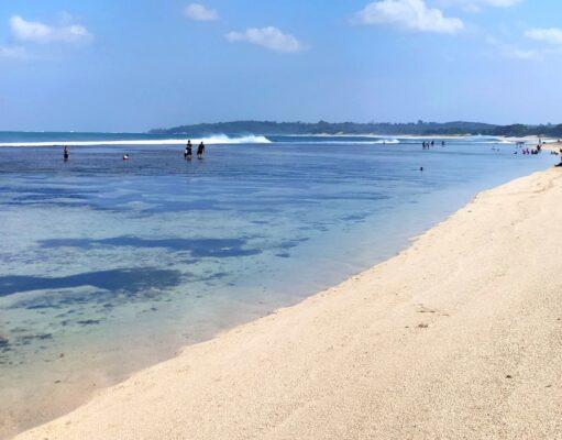 Tepi pantai pangumbahan geopark ciletuh berpasir putih