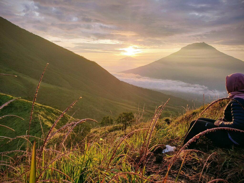 Menyaksikan matahari terbit dari puncak Gunung Kembang