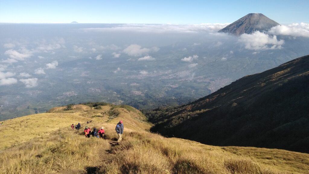 Pendaki melewati sabana ke puncak Gunung Sumbing
