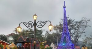 Replika Menara Eiffel dan bangunan-bangunan a la Eropa