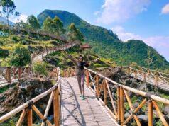 Pengunjung berfoto di salah satu spot jembatan
