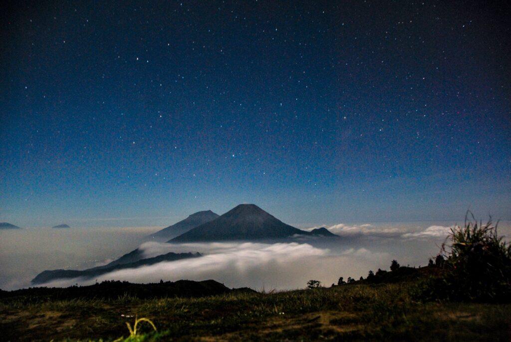 Langit malam menaungi Puncak Prau dan sekitarnya
