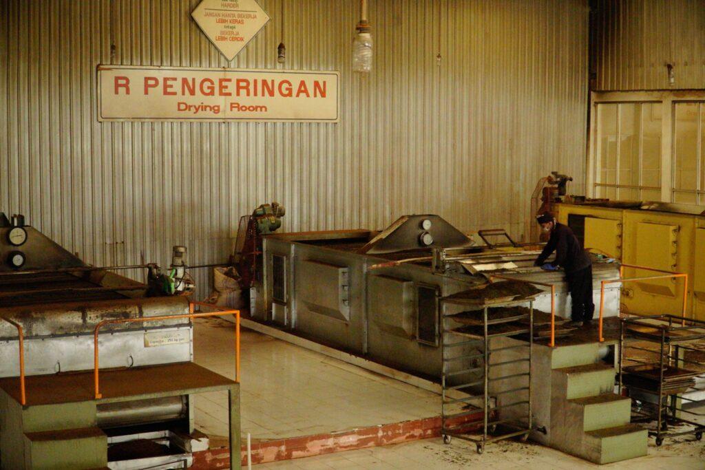 Ruang pengeringan daun teh di pabrik pengolahan