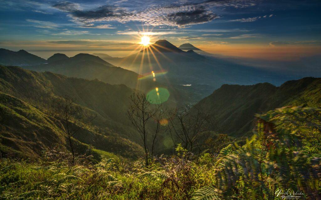 Matahari terbit dari timur Gunung Bismo