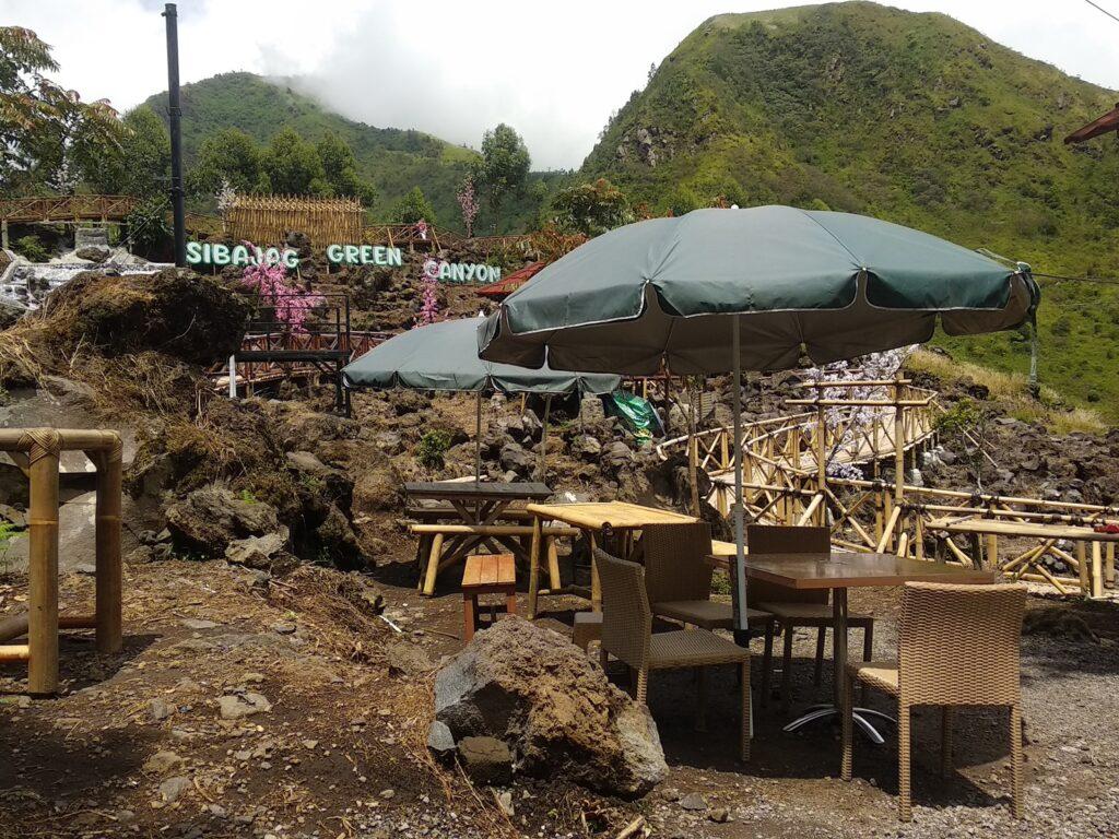 Kafe dan berbagai kedai kecil tersebar di dalam kawasan wisata ini