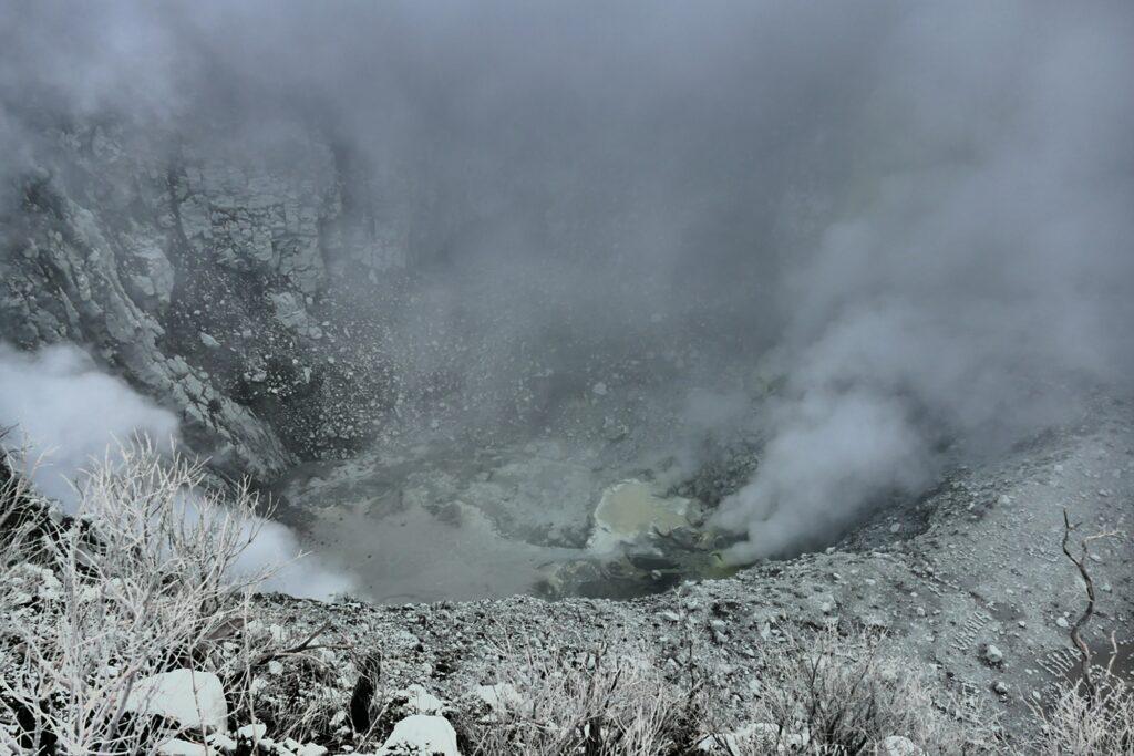 kawah puncak Sindoro yang masih terus mengeluarkan gas belerang