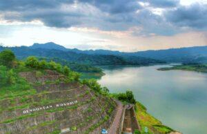 Panorama danau dan perbukitan di kawasan waduk wonorejo