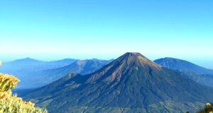 Pemandangan gunung sindoro dari puncak gunung sumbing