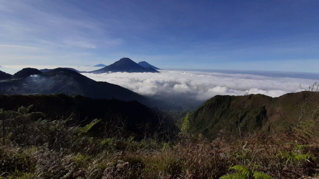 Panorama Sumbing-Sindoro di balik lautan awan
