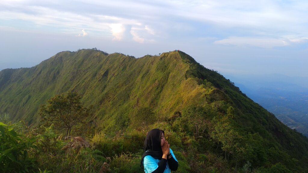 berfoto dengan latar puncak Gunung Bismo