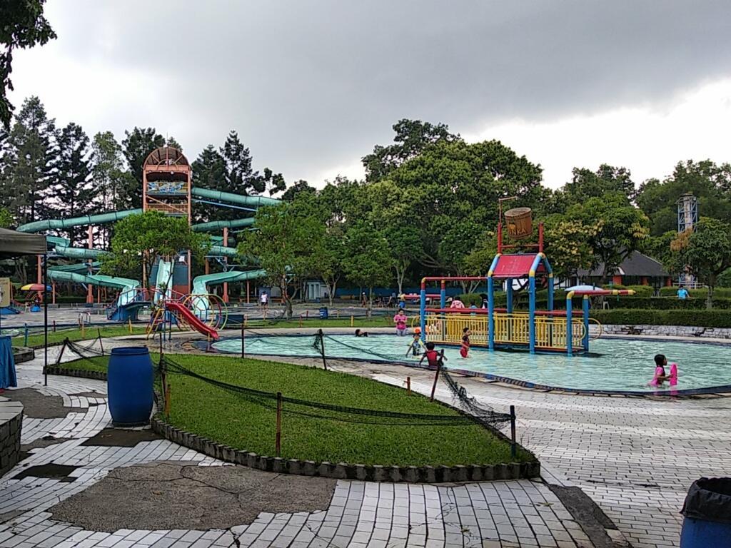 Bandung Indah Waterpark tempat wisata di Bandung bertemakan permainan air
