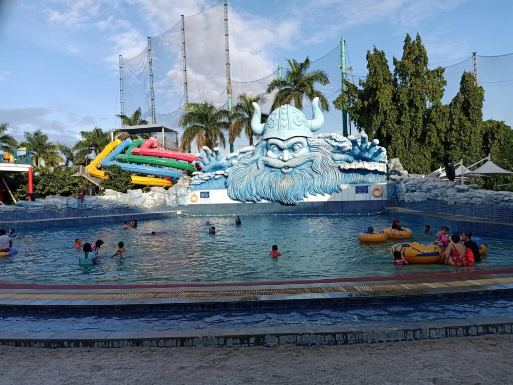 Area kolam ombak The Wave Waterpark Pondok Indah