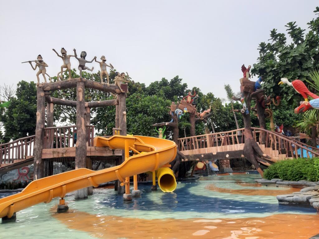 seluncuran Jungle Toon waterpark salah satu tempat wisata di semarang